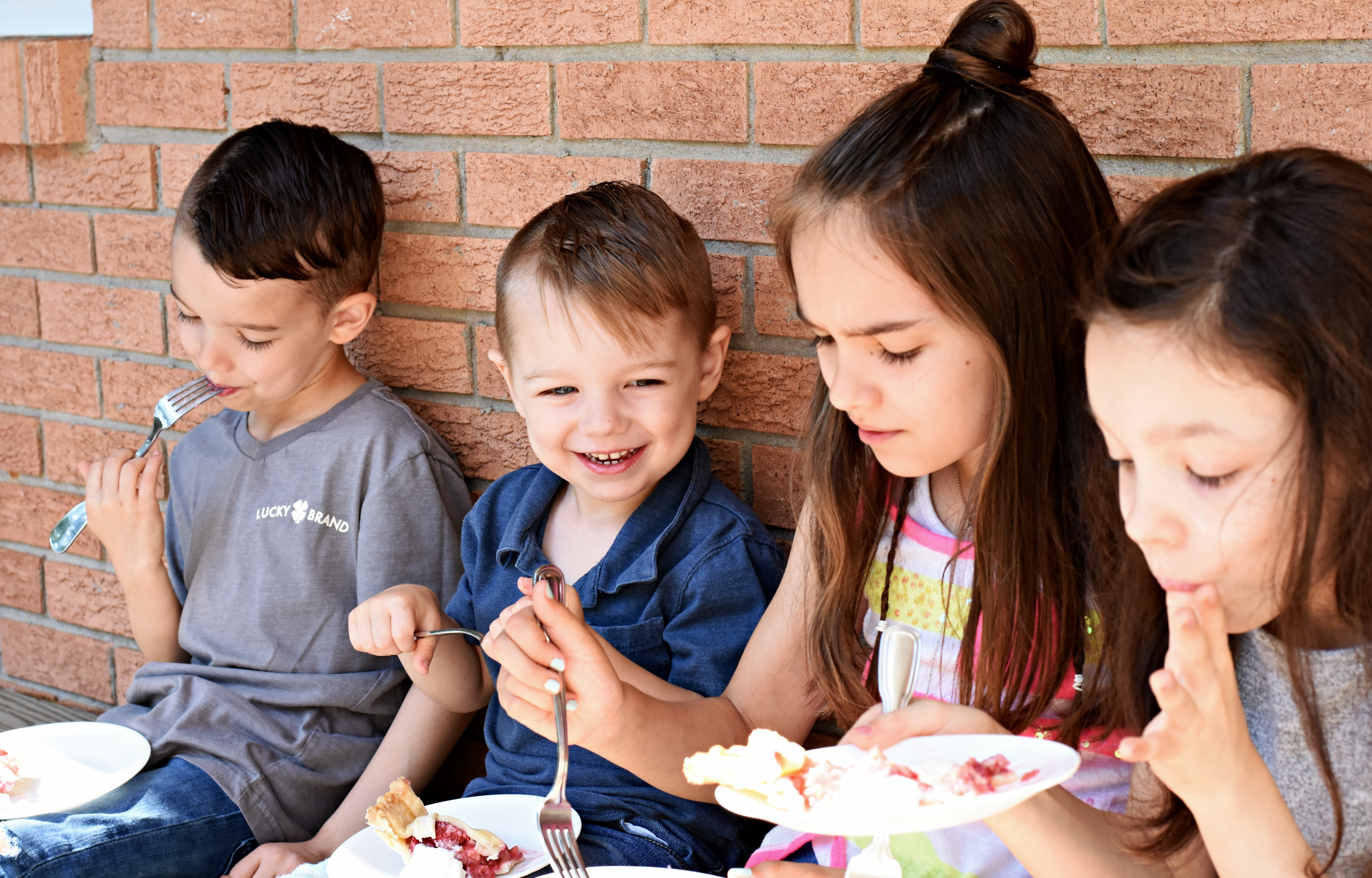 kids eating pie